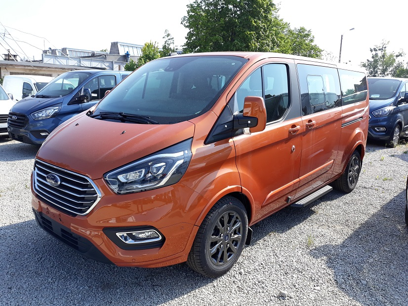 Ford Tourneo Custom z pneumatycznym zawieszeniem.